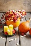 秋天桌装饰:花束在南瓜和蜡烛 库存图片