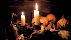 秋天桌设置用南瓜和蜡烛,欢乐的秋天家庭装饰 影视素材