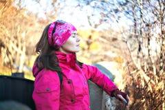 秋天森林关闭眼睛的女孩 明亮的夹克 图库摄影