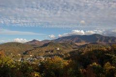 秋天森林和山 免版税库存图片