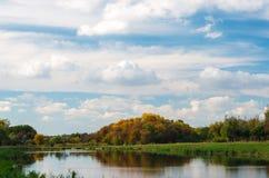 秋天森林和湖秋季的 Beautifull天空背景 免版税库存照片
