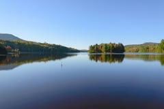 秋天森林和湖 库存照片