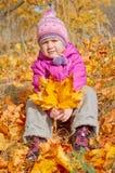 秋天森林女孩一点 免版税库存照片