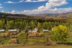 秋天森林平安的田园式村庄 免版税库存照片