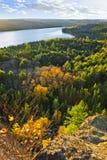 秋天森林湖顶视图 库存照片