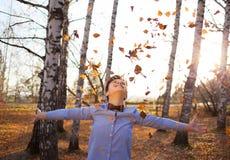 秋天森林背景的人  库存图片
