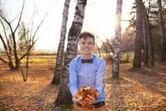 秋天森林背景的人  免版税库存图片