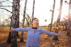 秋天森林背景的人  免版税库存照片