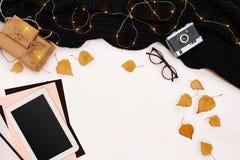 秋天概念、干秋天叶子、杯子可可粉,老照相机、围巾和片剂有黑屏的 嘲笑 免版税库存图片