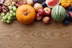 秋天概念用季节性水果和蔬菜 库存照片