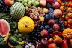 秋天概念用季节性水果和蔬菜 免版税库存照片