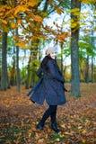 秋天概念-愉快的年轻美丽的妇女画象在公园 库存照片