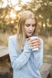 秋天概念-秋天妇女饮用的咖啡 免版税库存照片