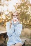 秋天概念-秋天妇女饮用的咖啡 库存图片