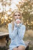 秋天概念-秋天妇女饮用的咖啡 库存照片
