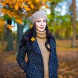 秋天概念-美丽的妇女在公园 免版税库存图片