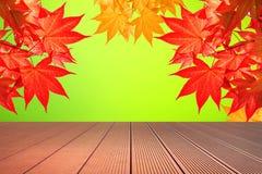 秋天槭树叶子和木地板 库存照片