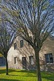 秋天横向,有结构树的农厂房子 库存图片