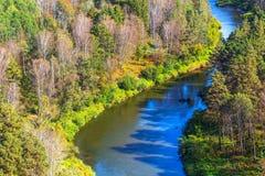 秋天横向 从岩石的看法在河Berd 免版税库存照片