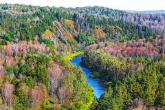 秋天横向 从岩石的看法在河Berd 免版税库存图片