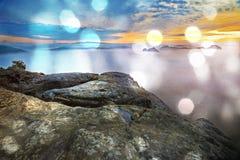 秋天横向 在砂岩峭壁的早晨视图到深有薄雾的谷里 免版税库存图片