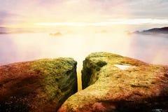 秋天横向 在砂岩峭壁的早晨视图到深有薄雾的谷里 库存照片
