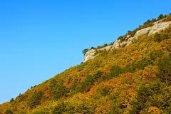秋天横向 山坡 蓝天 免版税库存照片