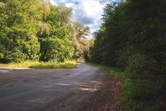 秋天横向 森林公路在一个晴天 免版税库存照片