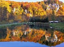 秋天横向 美好的秋天森林反射在水中 Ojcowski国家公园 波兰 免版税库存图片