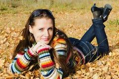 秋天步行的美丽的女孩 图库摄影