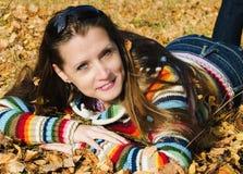 秋天步行的美丽的女孩 库存图片