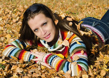 秋天步行的美丽的女孩 免版税库存图片