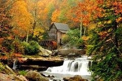 秋天段留给磨房包围 库存图片