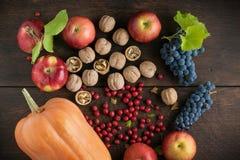 秋天水果和蔬菜在一张木桌上 免版税库存图片