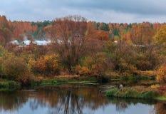 秋天河的孤独的渔夫 库存图片