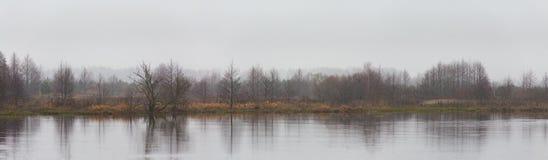 秋天河风景全景  降雪,多云天气 免版税库存照片