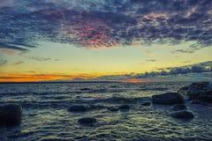 秋天波儿地克的夜间海运日落 免版税库存图片