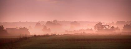 秋天波兰 秋天有雾的早晨 9月黎明在波兰 免版税库存照片