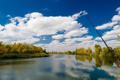 秋天浮子捕鱼浮动叶子水黄色 库存图片