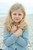 秋天海滩的女孩 库存照片