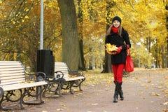 秋天深色的公园走的妇女年轻人 库存图片