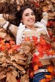 秋天深色的干燥女孩相当离开 免版税库存照片
