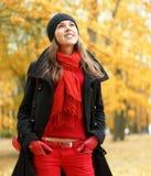 秋天深色的衣裳红色温暖的年轻人 库存图片