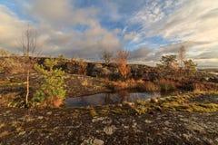 秋天湖岩石海岸  库存照片
