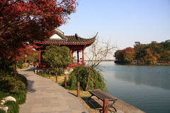 秋天湖边视图 免版税库存照片