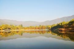 秋天湖风景水 免版税库存图片
