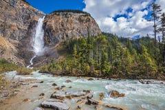 秋天瀑布形成珍珠颜色水流量  免版税库存图片