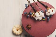 秋天烘干了与当前箱子的花构成在白色木头 库存照片