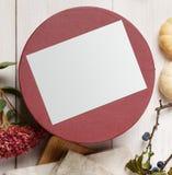 秋天烘干了与当前箱子的花构成在白色木头 免版税库存照片
