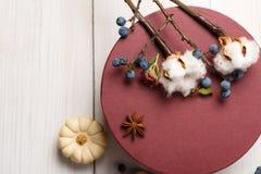 秋天烘干了与当前箱子的花构成在白色木头 图库摄影